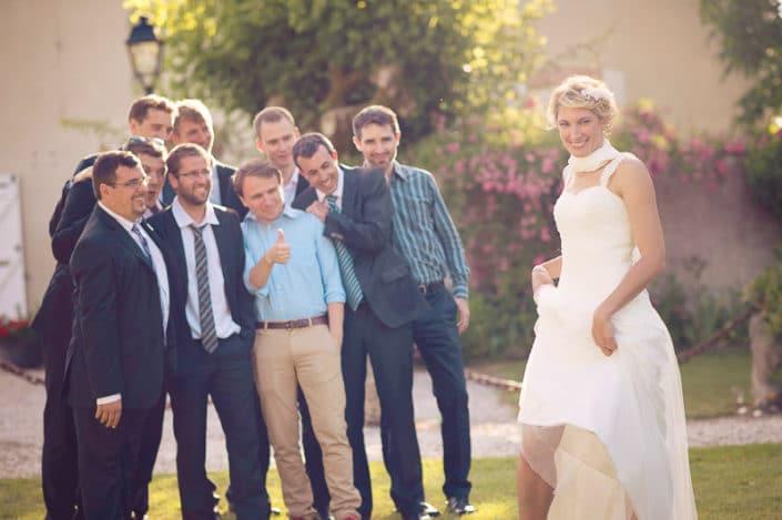 Mariée posant devant un groupe d'homme
