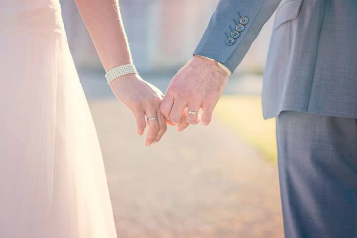Mains de mariée avec alliance