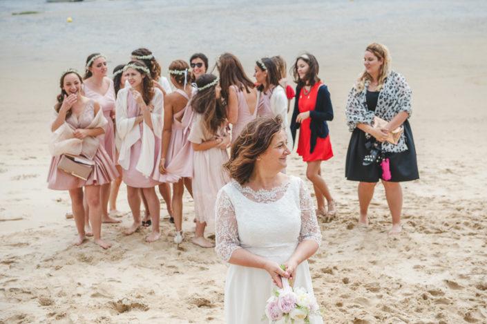 lancé du bouquet de la mariée sur la plage