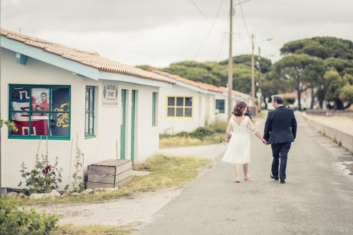 couple de marié marchant à biganos