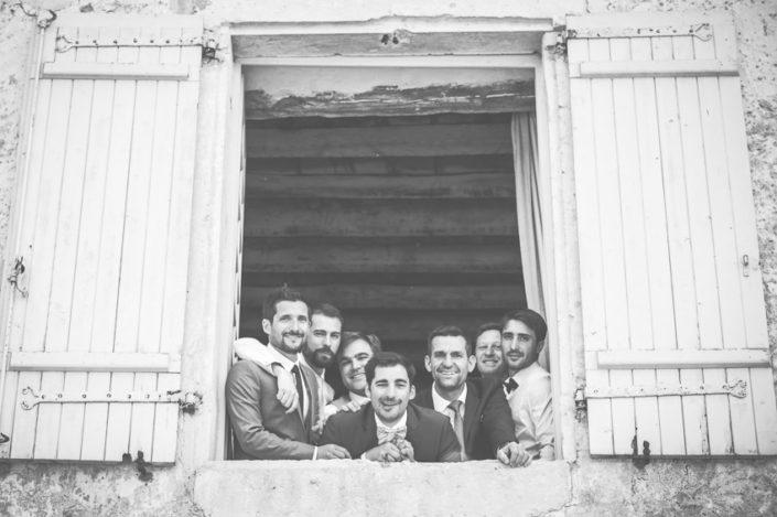 Marié au balcon avec amis