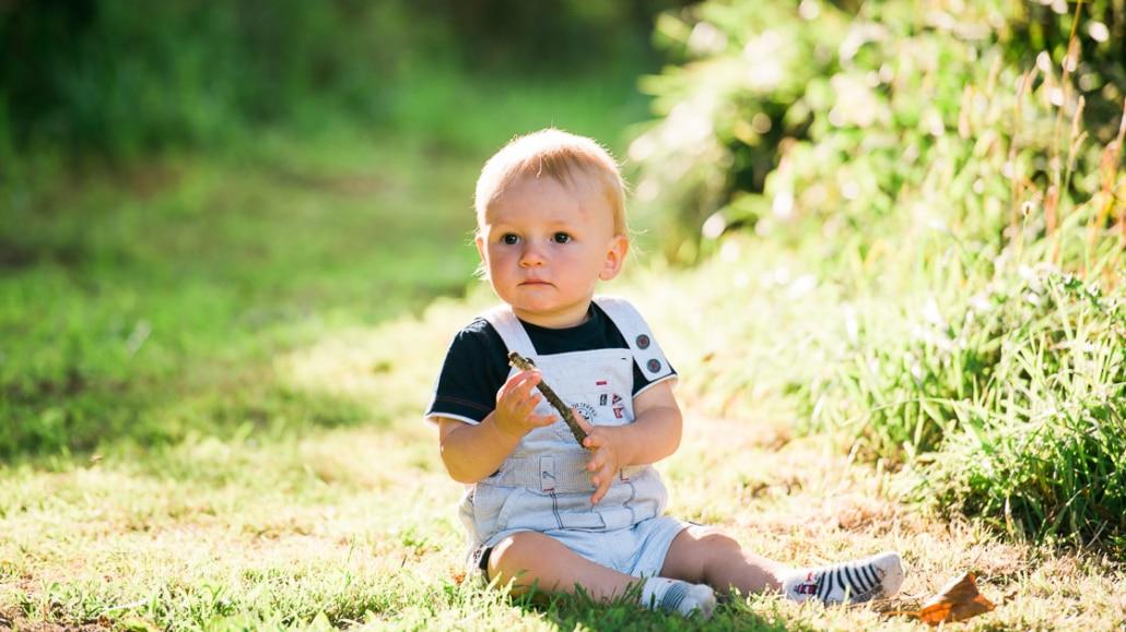 Portrait d'un bébé assis en pleine nature