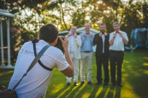 Photographe de mariage lafocaldolga prennant en photo un groupe de personne