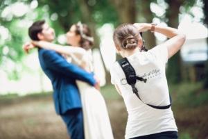Photographe de mariage à Bordeaux photographiant un couple de marié