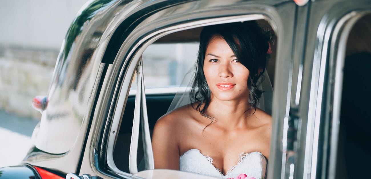 Mariée dans une ancienne voiture