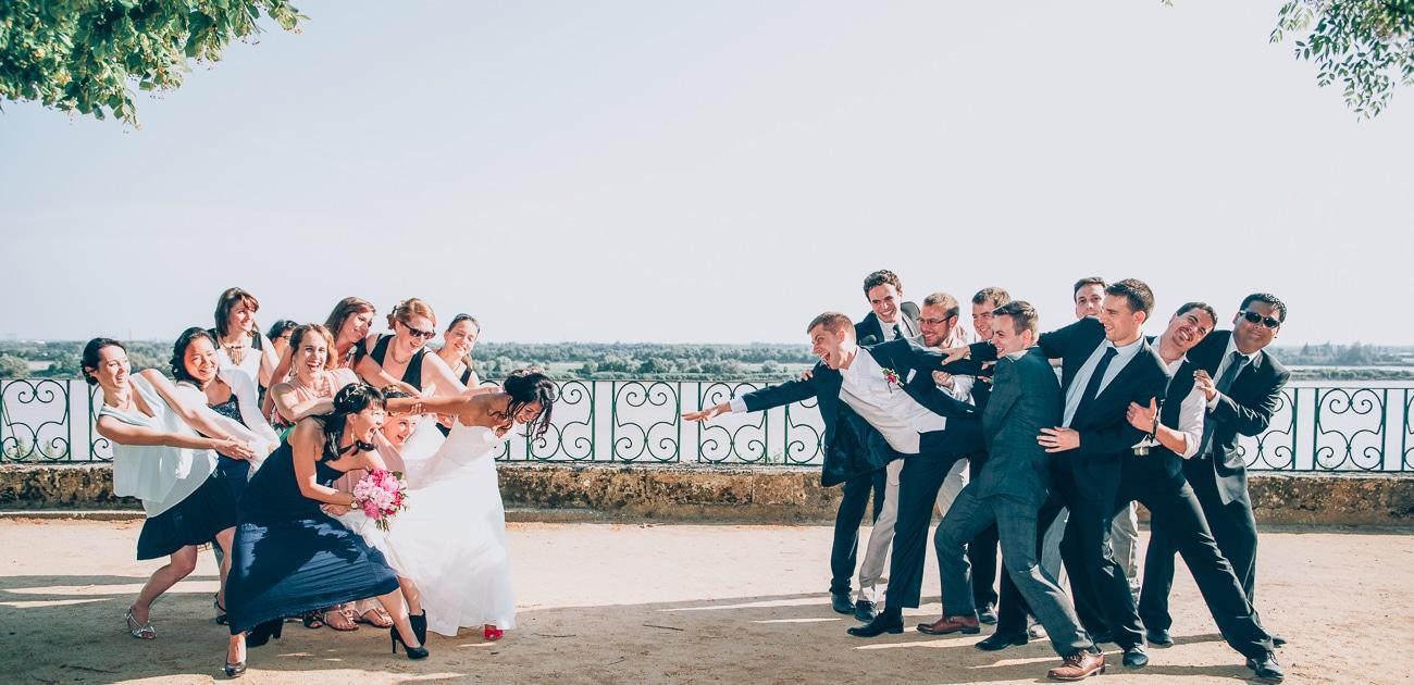 Photo de groupe fun pendant un mariage