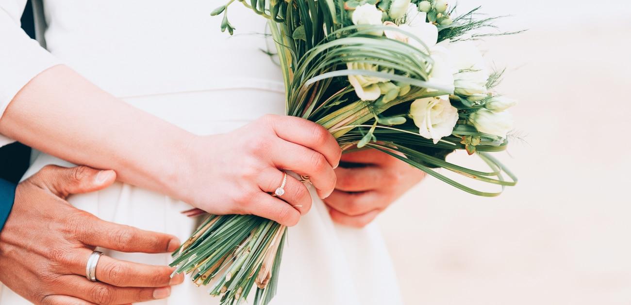Bouquet de mariage tenue par la mariée