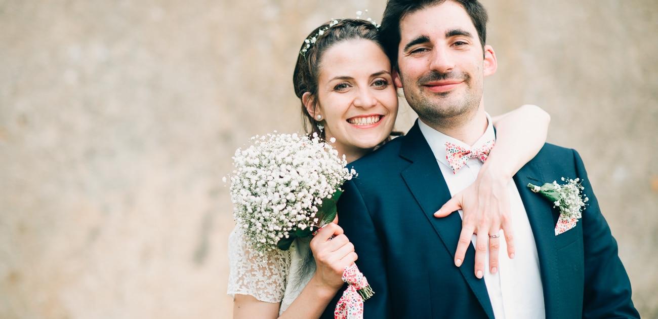 Couple de mariée montrant bouquet et bague de mariage