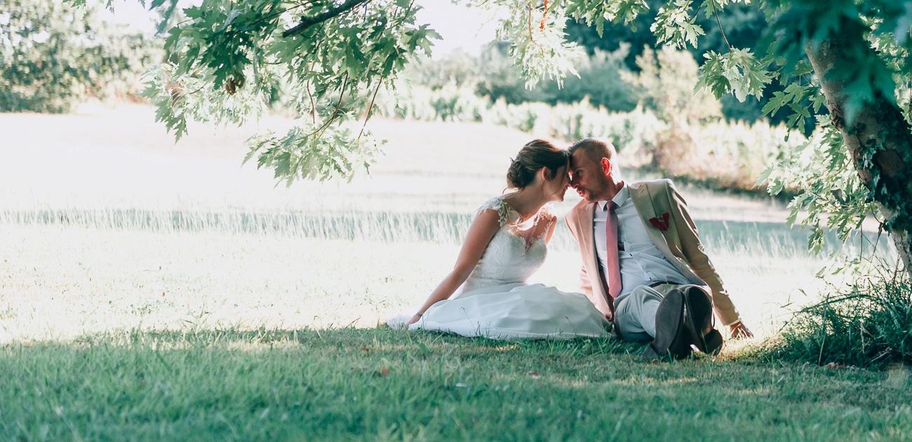 Couple de marié assis sous un arbre