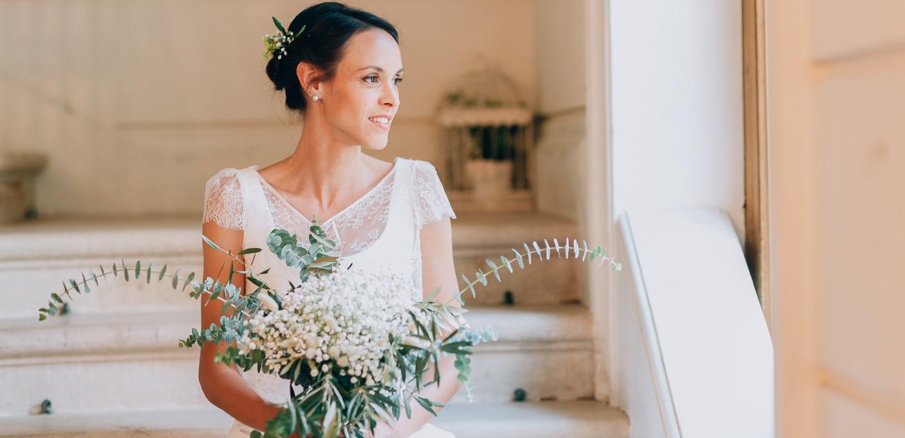 Mariée posant sur un escalier dans un chateau